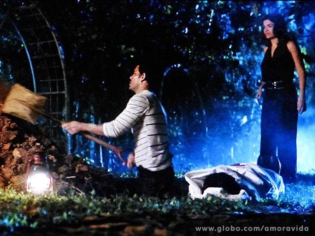 Mariah é enterrada em lençol (Foto: Amor à Vida/TV Globo)
