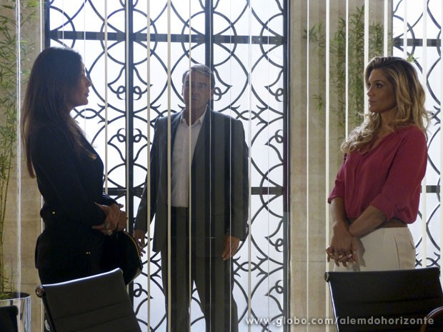 Thomaz flagra o climão entre as duas (Foto: Além do Horizonte/TV Globo)