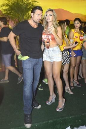 Veridiana Freitas Beija Ator Ricardo Macchi (Foto: Leo Marinho / AgNews)
