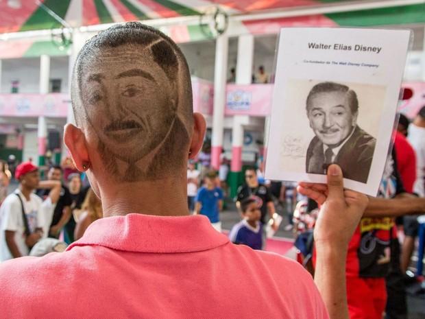 Em Batalha de barbeiros realizada na Mangueira, no Rio, modelo mostra corte de cabelo que reproduz imagem de Walt Disney (Foto: Batalha de Barbeiros/ Divulgação)