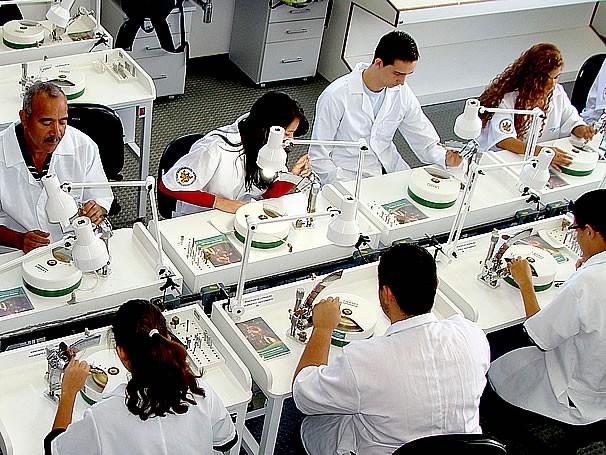 Laboratório de lapidação do curso de Gemologia da UFES (Foto: Daniela Newman)
