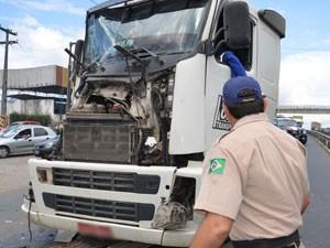 Acidente registrado na BR-101 envolveu ônibus, caminhão e um carro (Foto: Walter Paparazzo/G1)