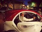 Enzo Celulari posa em carro elétrico na França