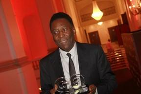 Pelé em prêmio no Rio (Foto: Isac Luz/ EGO)