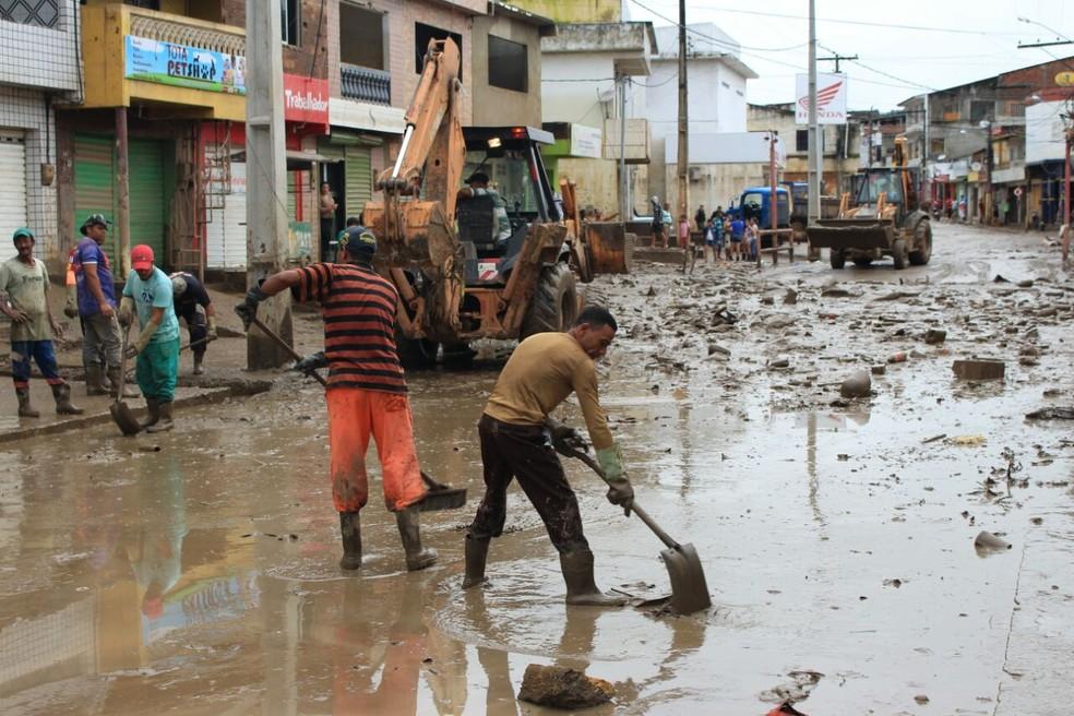 Em Catende, na Mata Sul de Pernambuco, população trabalha para retirar a lama dos imóveis e das ruas (Foto: Oton Veiga/TV Globo)