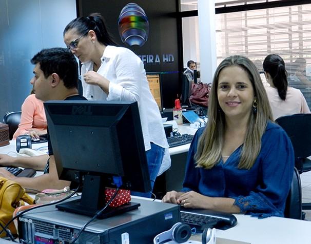 Simone Lemes integra a equipe de jornalismo da TV Fronteira e é uma das editoras da emissora (Foto: Marketing / TV Fronteira)