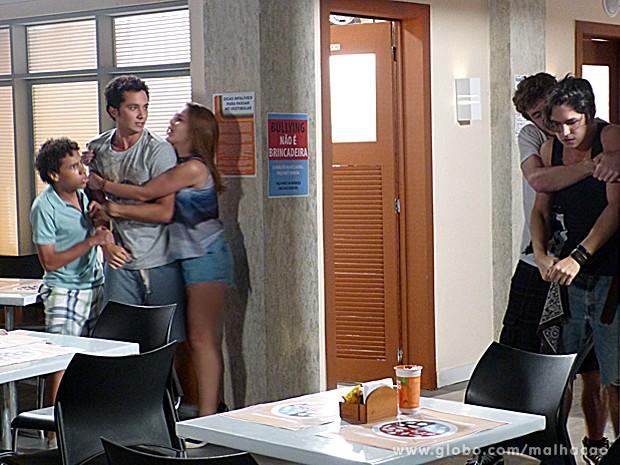 Antônio provoca, e Ben parte para cima dele cheio de raiva (Foto: Malhação / TV Globo)