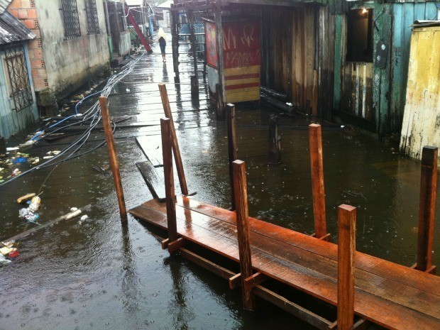Água da cheia dos rios invadiu ponte no Beco São José, na Glória  (Foto: Camila Henriques / G1 AM)