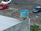 Caixa d'água é flagrada sem tampa em pizzaria da Av. D. Batista em Manaus