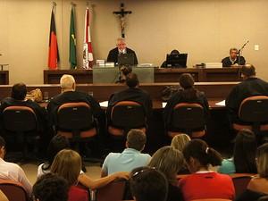Juri se posicionou de frete para o juiz e de lado para o réu (Foto: Daniel Peixoto/G1)