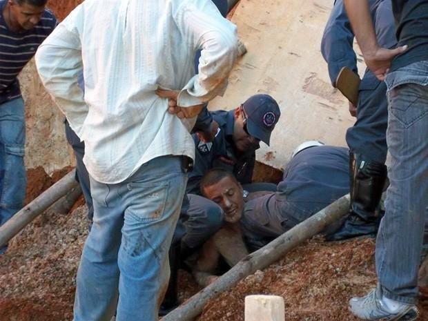 Pedreiro fica soterrado após deslizamento de barranco em Poços de Caldas (Foto: Corpo de Bombeiros)