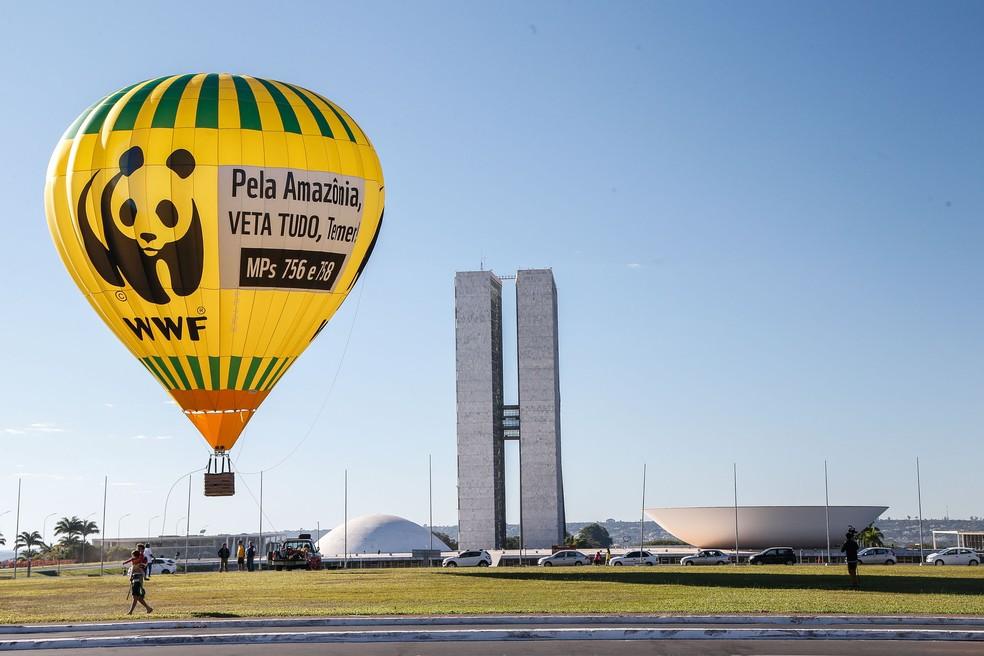 Balão inflado em frente ao Congresso Nacional pela WWF (Foto: Marco Antônio Teixeira/WWF/Divulgação)