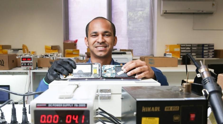 O fluminense William Alves foi transferido para São Paulo para ser gerente de loja de assistência técnica de telefones (Foto: Estadão Conteúdo)