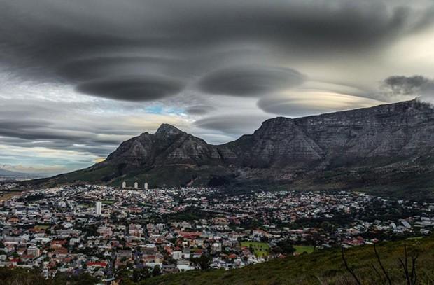 Foto publicada por um usuário do Instagram mostra nuvens que parecem disco voador sobre a Cidade do Cabo  (Foto: Reprodução/Instagram/mijlof)