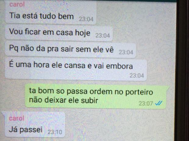 Ana Carolina avisa a família que vai ficar em casa porque o ex-namorado está na porta do prédio (Foto: Glauco Araújo/G1)
