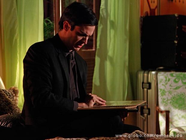 Ele vê álbum de Paloma pequena (Foto: Ellen Soares/ TV Globo)