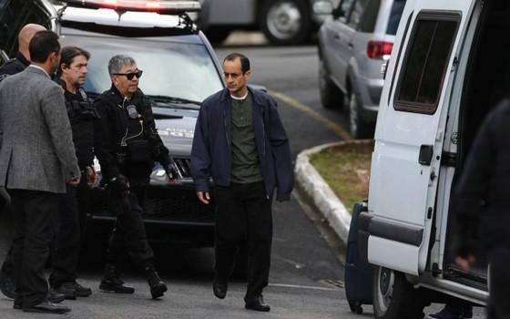 Marcelo Odebrecht caminha para a van que o levou da sede da Polícia Federal em Curitiba para o Complexo Médico-Penal em Pinhais (Foto: Geraldo Bubniak/Agência O Globo)