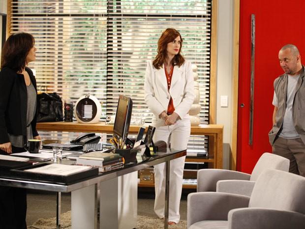 Veruska fica tensa quando Roberta pede para conversar a sós com Agenor (Foto: Guerra dos Sexos / TV Globo)