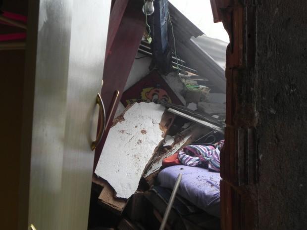 O quarto que Ronaldo dormia ficou parcialmente destruído (Foto: Chandy Teixeira)