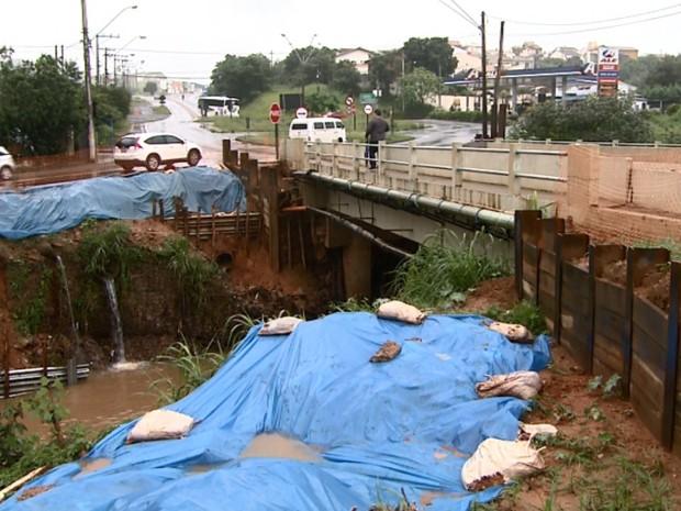 Córrego em Valinhos transbordou e provocou estragos após temporal (Foto: Reprodução/EPTV)