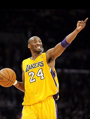 Kobe Bryant na partida do Lakers contra o Houston (Foto: EFE)