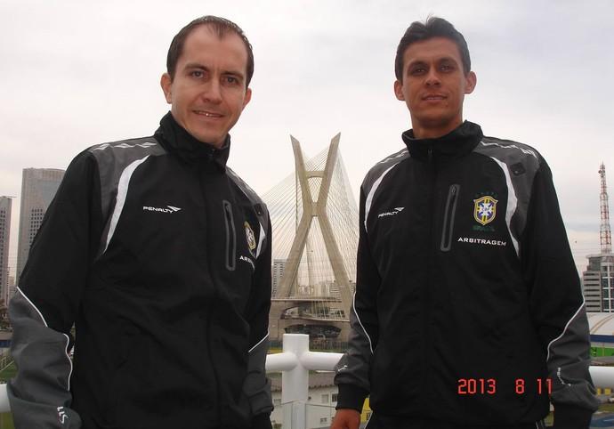 Assistente Eduardo Gonçalves da Cruz e o árbitro Paulo Henrique Vollkopf, em curso da CBF em 2013 (Foto: Arquivo pessoal)