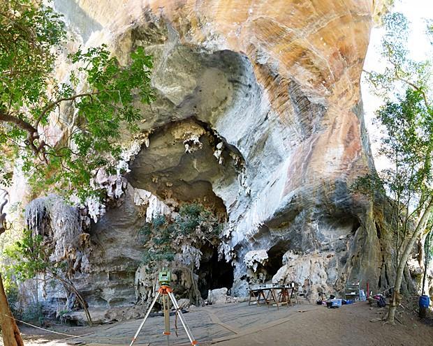 Equipamentos dos bioantropólogos na boca da gruta de Lapa do Santo (Foto: Andersen Lyrio)