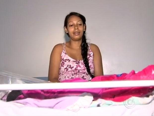 Após ver que filha nasceu saudável, Gisele ficou aliviada (Foto: Reprodução/TV TEM)