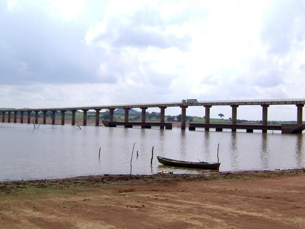 Ponte entre Alfenas e Campos Gerais ressurge com a seca do Lago de Furnas. (Foto: Wagner Rodrigues de Oliveira / VC no G1)