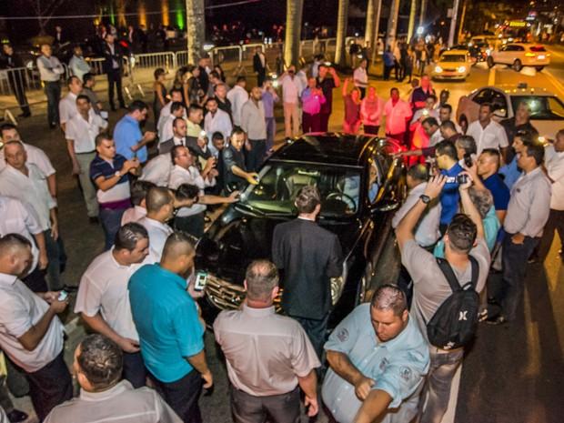 Taxistas causam tumulto em frente ao hotel Unique em São Paulo (SP), nesta quinta-feira (28), ao tentarem barrar alguns motoristas do aplicativo Uber. Houve confronto com policiais e um fotógrafo foi agredido pelos taxistas. O Vereador Adilson Amadeu que  (Foto: Chello Fotógrafo/Futura Press)