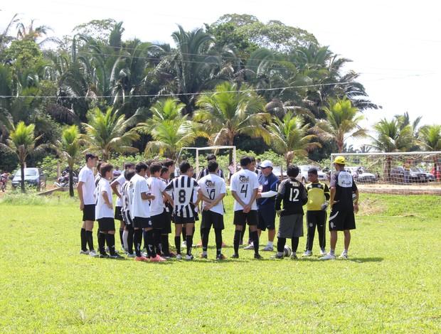 Ivan avalia e orienta pequenos jogadores do Santos em seletiva (Foto: Larissa Vieira/GLOBOESPORTE.COM)