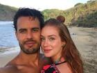 Marina Ruy Barbosa posa sorridente ao lado do noivo