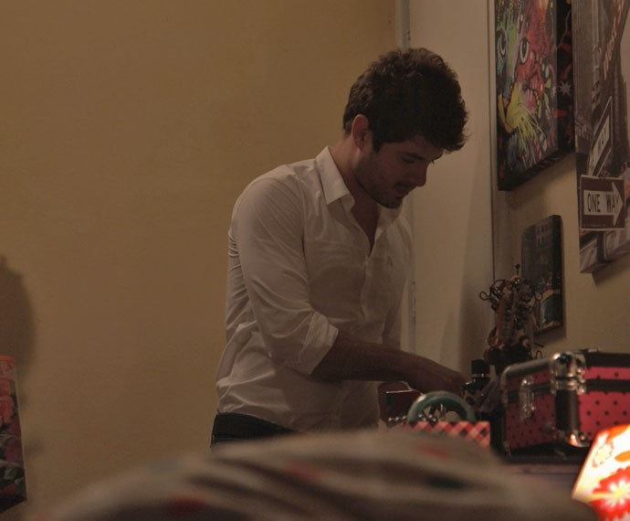 Benjamin entra de fininho no quarto, tentando não acordar Mari (Foto: TV Globo)