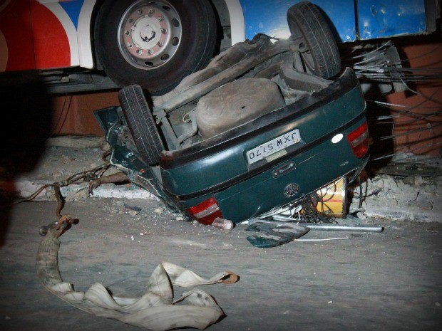 Tia de uma das vítimas se debruçou nos destroços para tentar reconhecer o sobrinho (Foto: Mônica Dias)
