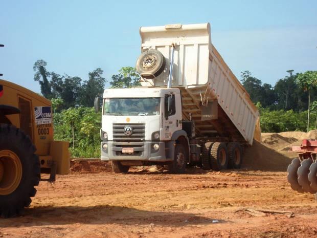 Caminhão descarregando areia na obra do Consórcio Belo Monte (Foto: Divulgação/Polícia Federal de Altamira)