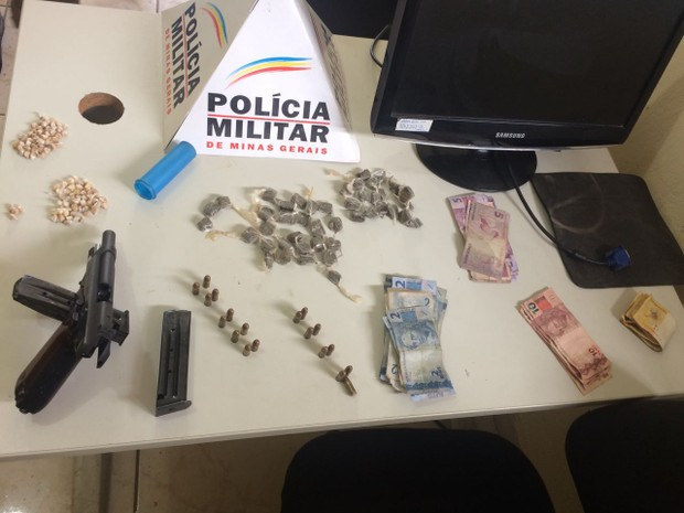 Na casa foram encontradas drogas, arama e dinheiro (Foto: Polícia Militar/Divulgação)