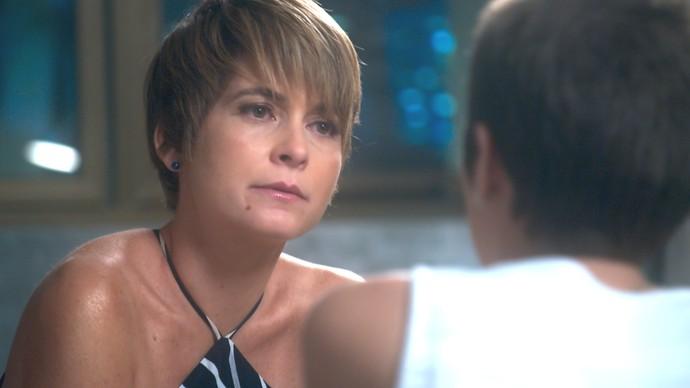Helô decide ter conversa séria com Letícia (Foto: TV Globo)