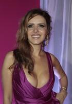 Leona Cavalli aposta em vestido superdecotado em festa de novela