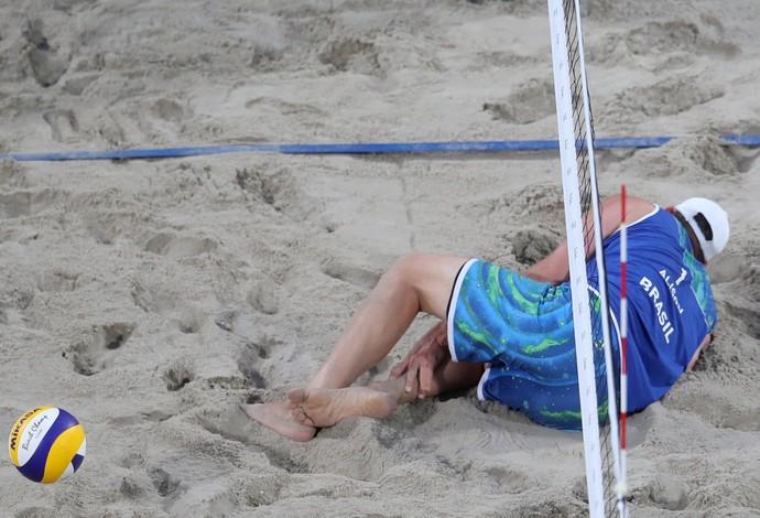 Alison machucado (Foto: AP Photo/Petr David Josek)