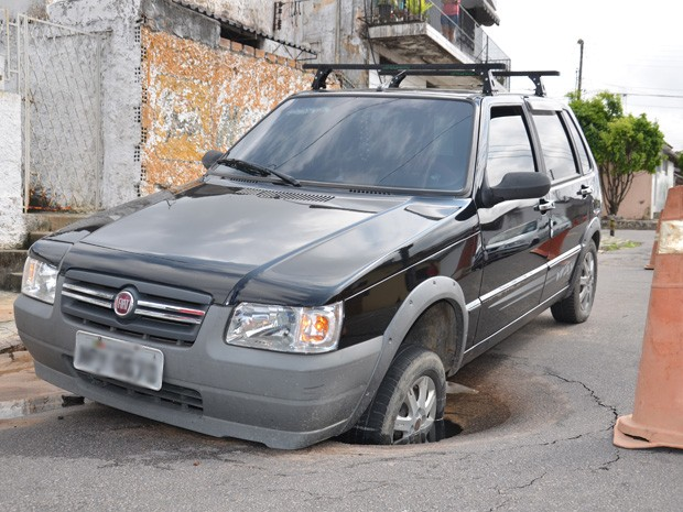 Proprietário afirmou que irá procurar a Cagepa para que arque com os possíveis danos ao carro (Foto: Walter Paparazzo/G1)