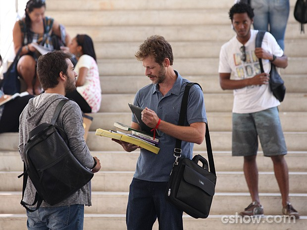 Davi vai falar com o professor e percebe que ele tem preconceito (Foto: Carol Caminha / TV Globo)