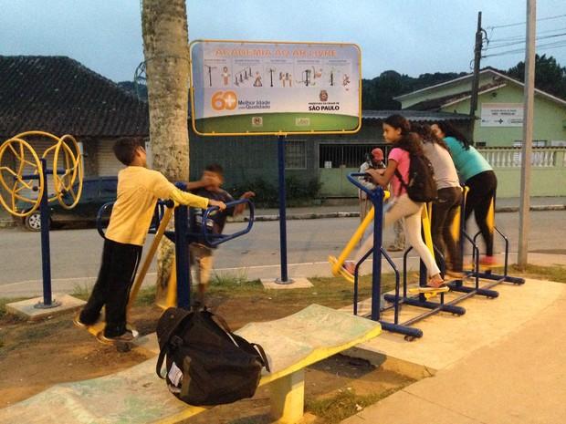 Única diversão para as crianças são os aparelhos de ginástica na pracinha (Foto: Glauco Araújo/G1)