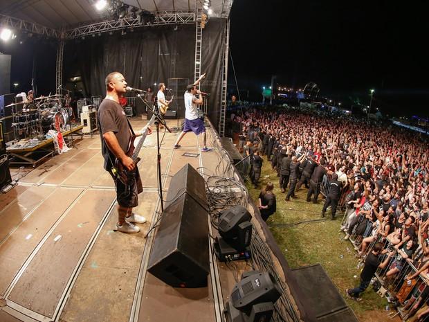 Dead Fish quebra tudo no palco Universitário no festival em Ribeirão Preto, SP (Foto: Marcel Minguini/G1)