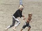 Pega! Gwen Stefani se diverte com os filhos em festa na praia