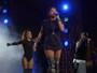 Ludmilla usa camisetão e deixa pernas à mostra durante show