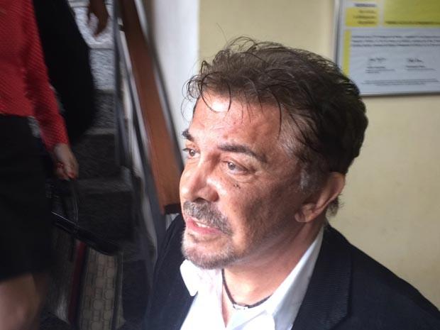 Cirurgião Wagner Moraes deixa a 79a DP (Jurujuba) após prestar depoimento sobre morte de modelo (Foto: Henrique Coelho / G1)