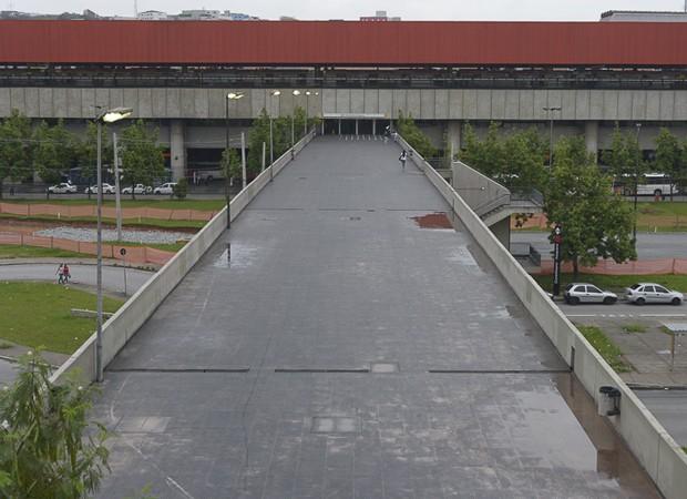 A mesma vista da entrada da estação Corinthians-Itaquera na manhã desta segunda-feira (31) (Foto: Cris Farhat/G1)