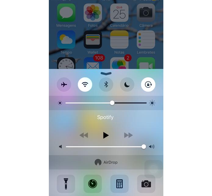 Reduzir o brilho da tela do smartphone ajuda a economizar a bateria (Foto: Reprodução)
