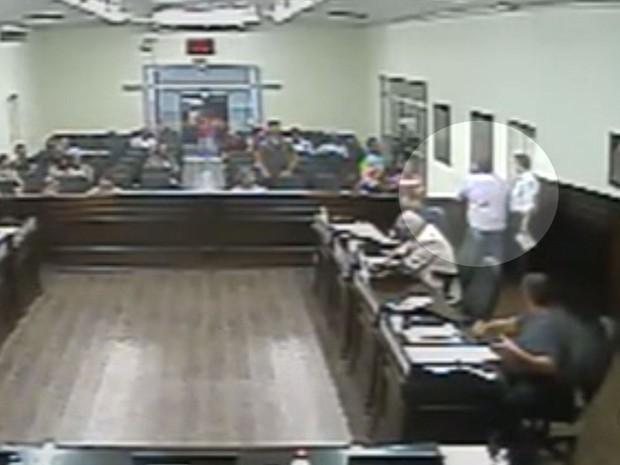 Vídeo flagra tapa em vereador de Bebedouro durante votação de moção de repúdio a Lula (Foto: Reprodução/ Câmeras de segurança)