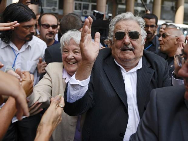 O ex-presidente do Uruguai José Mujica e sua esposa, Lucia Topolansky, saúdam apoiadores após cerimônia de juramento de seu sucessor à frente do governo do país, Tabaré Vázquez, na Praça da Independência em Montevidéu (Foto: Matilde Campodonico/AP)